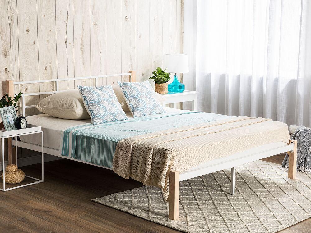 Bett weiß mit hellbraunen Beinen Lattenrost 180x200 cm GARDANNE